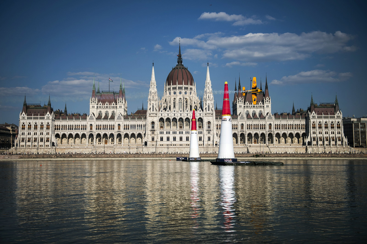 RED BULL AIR RACE: Hall thrives on the scorching heat to score win in  Budapest Qualifying